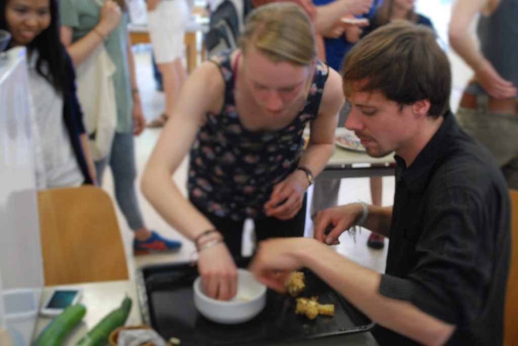 Andrew beim Bienendrohnenlarvenpulen (c) Sophie Lokartis